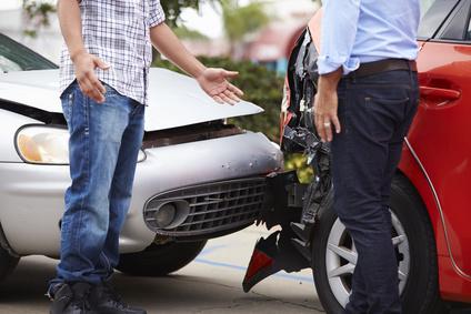 Zwei Autofahrer nach einem Verkehrsunfall