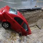 Ein Riesenkrater verschluckt 20 Autos. Ein Fall für KFZ-Versicherung?
